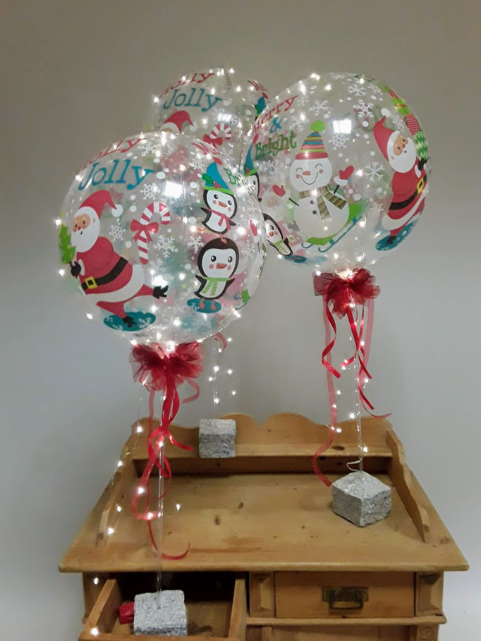 Wunderschöne durchsichtige Bubble-Ballons mit weihnachtlichen Motiven bedruckt . Als Highlight eine Lichterkette - die darf in der Weihnachtszeit natürlich nicht fehlen.