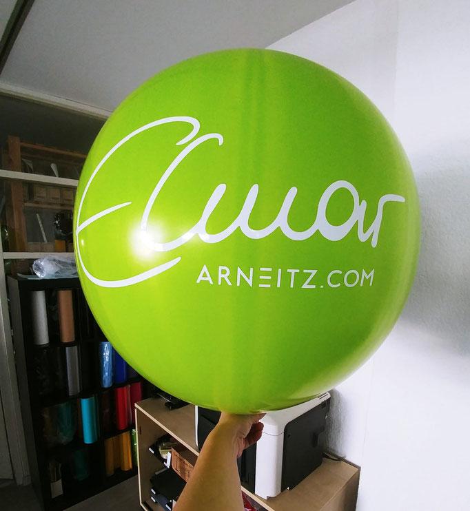 Ein Latexballon mit Ihrem Logoplott. In verschiedenen Größen, Ballonfarben, Schriftformen und Schriftfarben möglich.