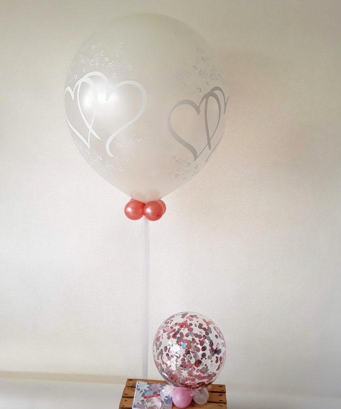 Doppelte Herzen in weiß auf einem perl weißfarbenen Ballon. Super schöne Raumdekoration.