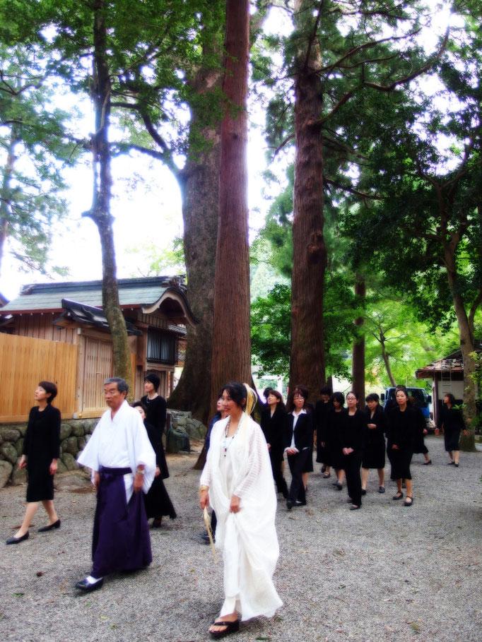 三重県松阪市 水屋神社 2013/10/1 水屋の大杉 久保憲一宮司様が皆を案内してくださる。