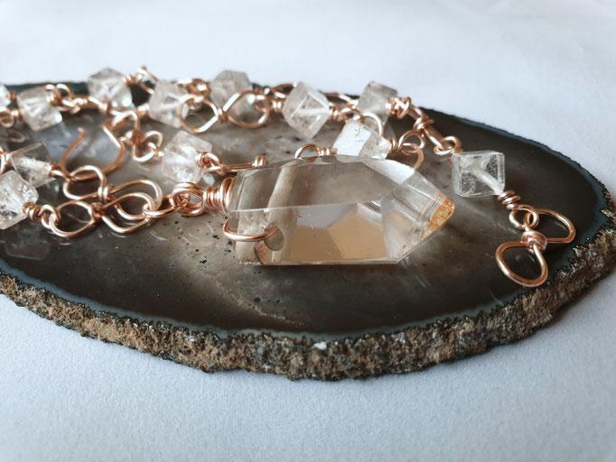 Bergkristallwürfel mit einer polierten Bergkristallspitze als Mittelstück auf Kupfer, rosé, anlaufgeschützt     €80