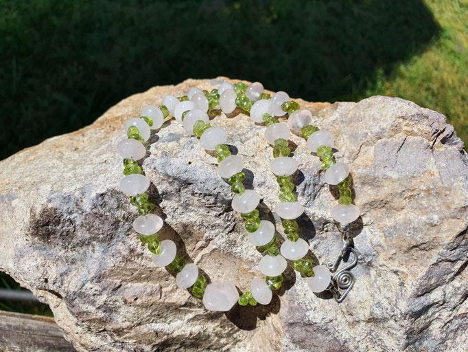 Rosenquarz und Peridot mit handgefertigten Silberverschlüssen,  49,5cm      €67
