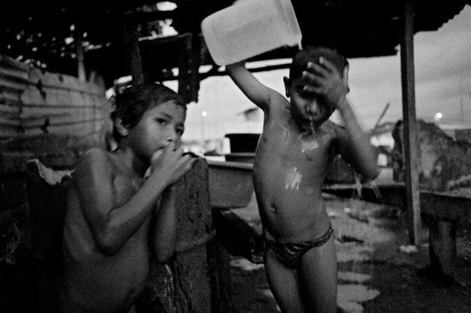 Daniele Vita - Bambini si bagnano dopo il tramonto (Cojimies, Ecuador - 2011)
