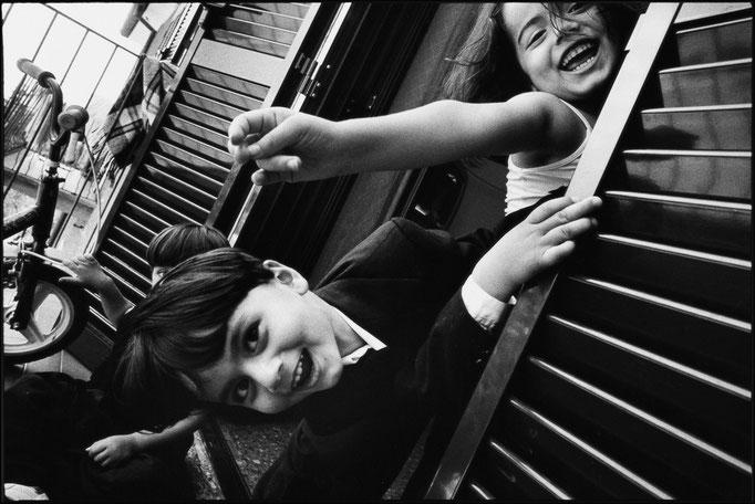 Daniele Vita - Bambini kurdi si affacciano dal balcone (Celleno, Italia - 2005)