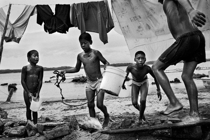 Daniele Vita - Bambini escono dall'acqua (Cojimies, Ecuador - 2011)