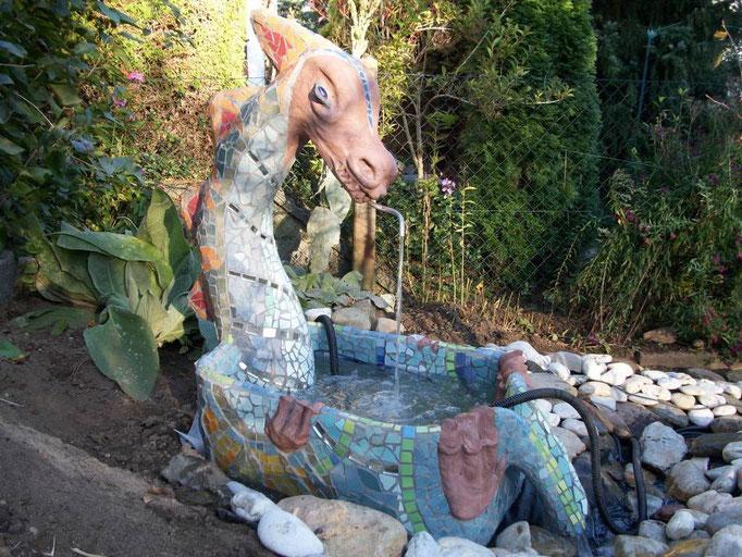 Drachenbrunnen aus NonaD und Mosaik, NonaD-Workshop Roswitha Farnsworth