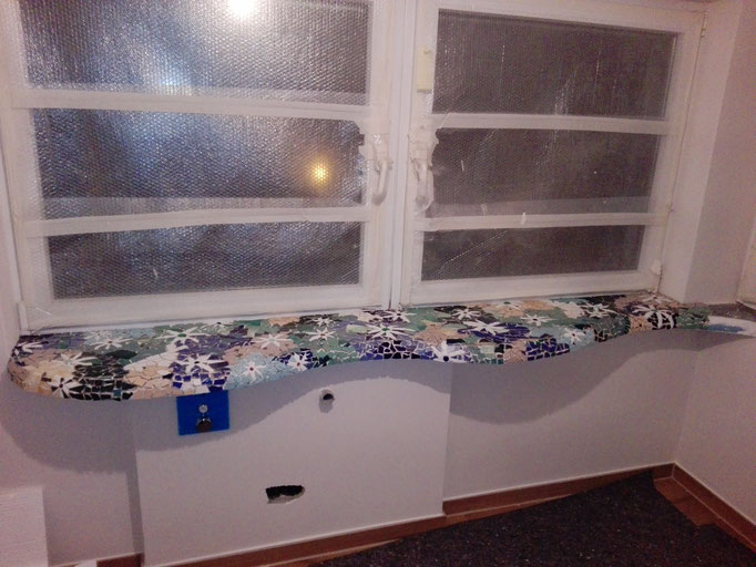 Fensterbrett organisch mit Mosaik, Roswitha Farnsworth