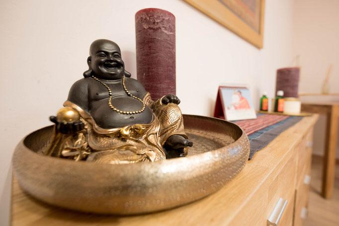 Der Buddha hat bei uns einen besonderen Stellenwert. Sein Bauch symbolisiert seine kraftvolle Mitte, also seine Stärke von Innen.