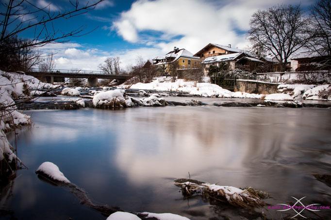 Die Sur mit Blick auf das Gasthaus Lederer in Surheim