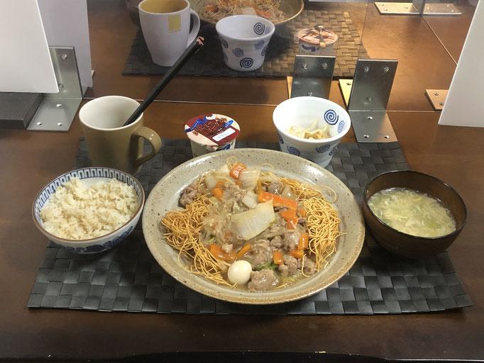 8月23日日曜日、Ohana夕食「皿うどん(白菜、人参、豚肉、もやし、玉ねぎ、うずら卵)、あんかけ玉子スープ、もやしのナムル、ヨーグルト」
