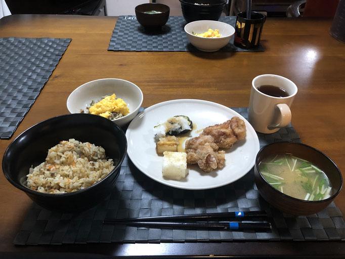 3月26日木曜日、Ohana夕食「炊き込みご飯、みそ汁(なめこ、水菜)、サラダ(サバ、大根)とりのから揚げ、野菜ソテー(ナス、ねぎ)」
