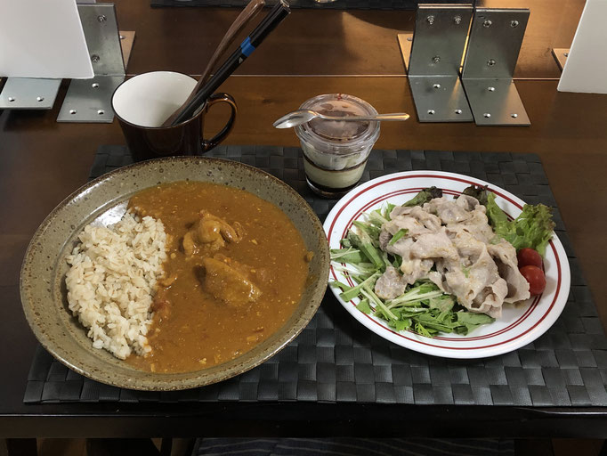 9月13日日曜日、Ohana夕食「バターチキンカレーライス、豚しゃぶサラダ(水菜、サニーレタス、プチトマト)、ティラミスカップケーキ」