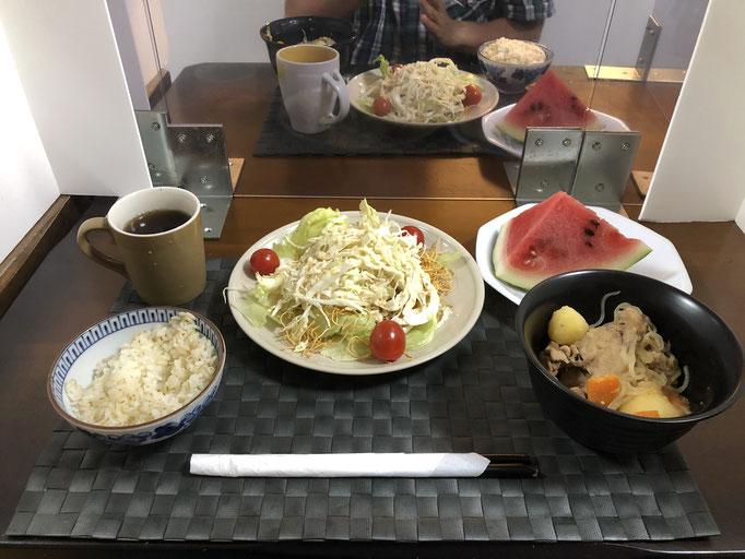 9月4日金曜日、Ohana夕食「パリパリ麺のサラダ(皿うどんの麺、レタス、キャベツ、プチトマト)、肉じゃが(ジャガイモ、人参、玉ねぎ、しらたき)、スイカ」
