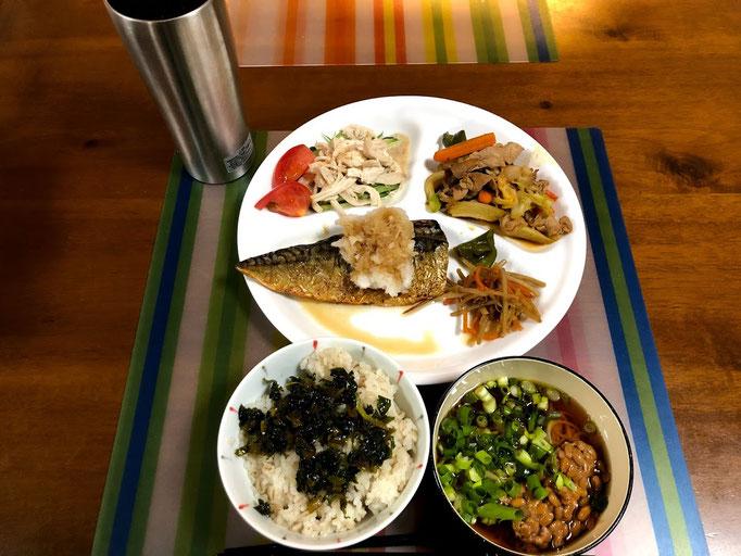5月26日日曜日、Ohana夕食「塩サバおろしポン酢かけ、回鍋肉、蒸し鶏と胡瓜のサラダトマト添え、きんぴらごぼう、大根葉のきんぴら、ご飯、納豆そうめん」