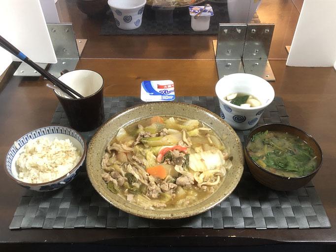 12月6日日曜日、Ohana夕食「野菜炒め(白菜、チンゲン菜、ねぎ、玉ねぎ、人参、豚肉、カニカマ、)、みそ汁(なめこ、ほうれん草)、かぶときゅうりの浅漬け、ヨーグルト」