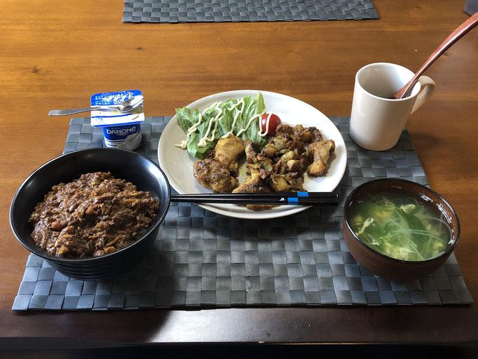 3月13日金曜日、Ohana朝食「キーマカレー丼、タンドリーチキン、生野菜(レタス、プチトマト、水菜のかきたまスープ)、ヨーグルト」