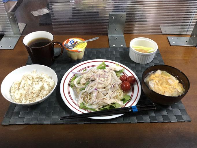 5月30日日曜日、Ohana夕食「サラダパスタ(酒蒸し鳥、セロリの葉、紫玉ねぎ、プチトマト)、チキンたまごスープ(酒蒸しの湯ベース)、野菜スティック(セロリ)、プリン」
