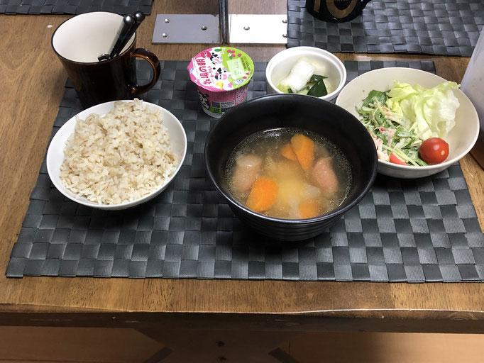 4月2日金曜日、Ohana朝食「ポトフ、サラダ(水菜、ツナ、カニカマ、レタス、プチトマト)、白菜ときゅうりの浅漬け、ヨーグルト」