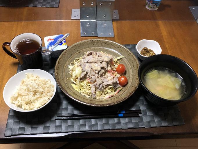 1月14日木曜日、Ohana夕食「パリパリ麺サラダ(キャベツ、ゆで豚肉、プチトマト)、白菜と玉ねぎの中華スープ、なめこのカレー炒め、ヨーグルト」