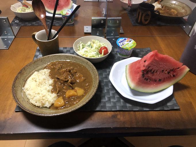 8月16日日曜日、Ohana夕食「カレーライス、サラダ(キャベツ、ハム、パイン、プチトマト)、スイカ、ヨーグルト」