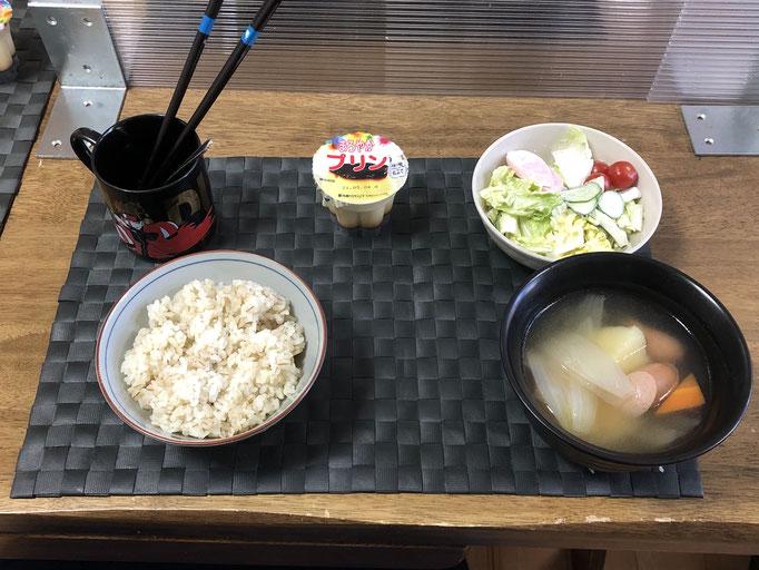 4月23日金曜日、Ohana朝食「ポトフ、サラダ(白菜、きゅうり、ソーセージ、プチトマト)、プリン」