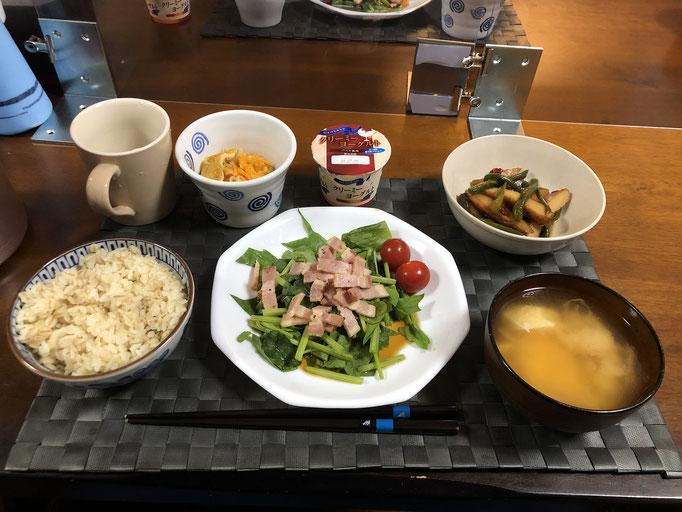 6月21日日曜日、Ohana夕食「和風ドレッシングサラダ(ほうれん草、ベーコン、プチトマト)、ピーマンと厚揚げのきんぴら、切り干し大根、みそ汁(ねぎ、豆腐)、ヨーグルト」