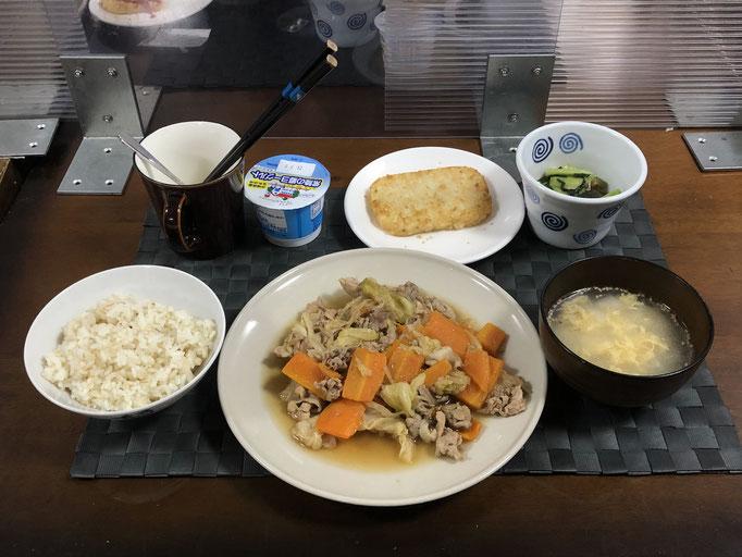 6月20日日曜日、Ohana夕食「野菜炒め(豚肉、キャベツ、もやし、人参)、小松菜とちくわの白ゴマ和え、ハッシュドポテト、たまごスープ、ヨーグルト」