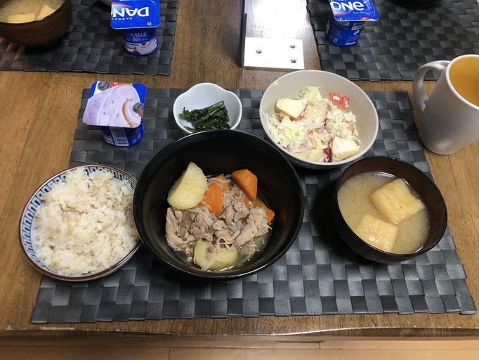 6月12日金曜日、Ohana朝食「肉じゃが、サラダ(キャベツ、カニカマ、ハム、リンゴ)、みそ汁(ねぎ、油あげ)、ヨーグルト(ブルーベリー味)」