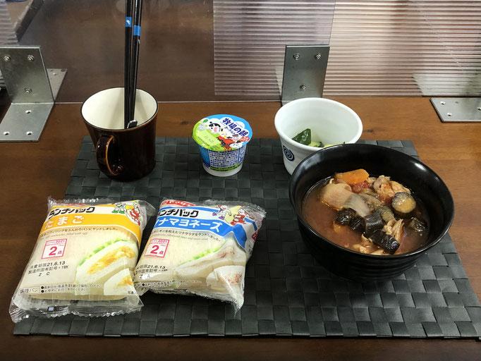 6月13日日曜日、Ohana朝食「ランチパック2種類、鶏肉t野菜の入ったトマトスープ、きゅうりの浅漬け、ヨーグルト」