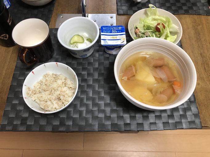 9月11日金曜日、Ohana朝食「ポトフ、サラダ(水菜、カニカマ、ツナ、レタス)、白菜ときゅうりの漬け物、ヨーグルト」