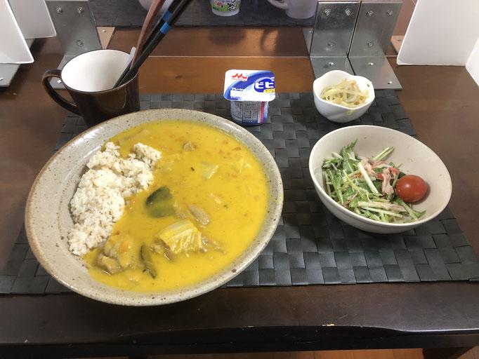 11月16日月曜日、Ohana朝食「かぼちゃと白菜の入ったシチュー、サラダ(水菜、ツナ、カニカマ、プチトマト)、もやしナムル、ヨーグルト」