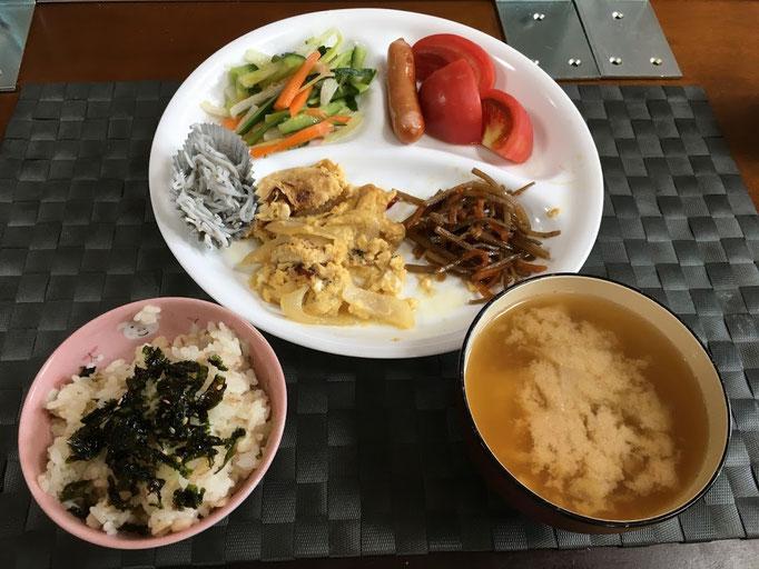7月5日日曜日、Ohana朝食「玉葱お油揚げの玉子とじ、きんぴらごぼう、サラダ(セロリ、人参、きゅうり)、ウインナー、トマト、しらす干し、みそ汁」