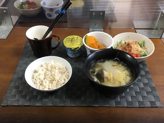 6月21日月曜日、Ohana朝食「豚バラ肉と白菜のミルフィーユ鍋、水菜と新玉ねぎスライスの味ぽんサラミ、プチトマト、かぼちゃの甘煮、ヨーグルト」
