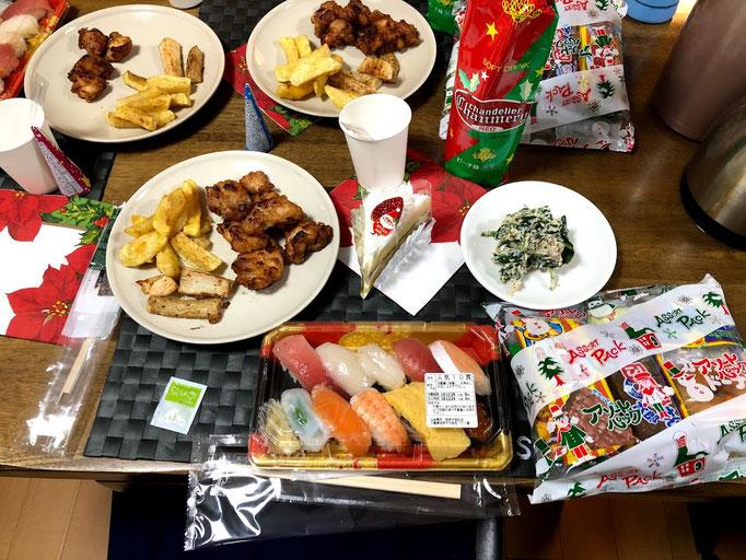 12月24日火曜日、Ohana夕食「寿司、ほうれん草の白和え、じゃがいもと山芋のフライドポテト、鶏のから揚げ、ケーキ、お菓子の詰め合わせ」