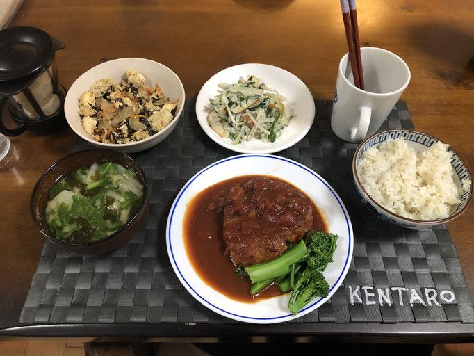 5月13日水曜日、Ohana夕食「ハンバーグ、ごぼうときゅうりのからしマヨサラダ、いり豆腐、みそ汁(かぶ、わかめ)」