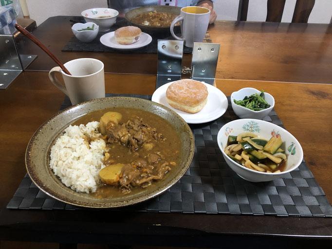 6月27日土曜日、Ohana夕食「カレーライス、ほうれん草の胡麻和え、きゅうりと玉ねぎの漬物、ドーナツ」