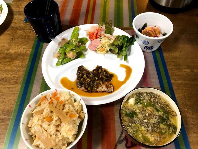 5月12日日曜日、Ohana夕食「ぶり香味ステーキ、イカとわかめの酢味噌和え、さやえんどうと鶏肉炒め、サラダ(レタス、スパサラ)、タケノコご飯、味噌汁」