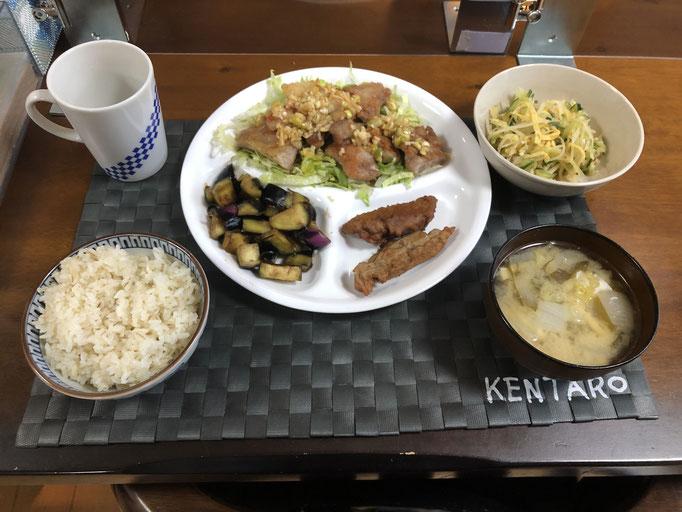 6月24日水曜日、Ohana夕食「鶏のカリカリ焼き(香味酢かけ)、鰯のさつま揚げ、ジャガイモとキュウリと薄焼き卵のからし和え、みそ汁(玉ねぎ、ワカメ、油揚げ)」