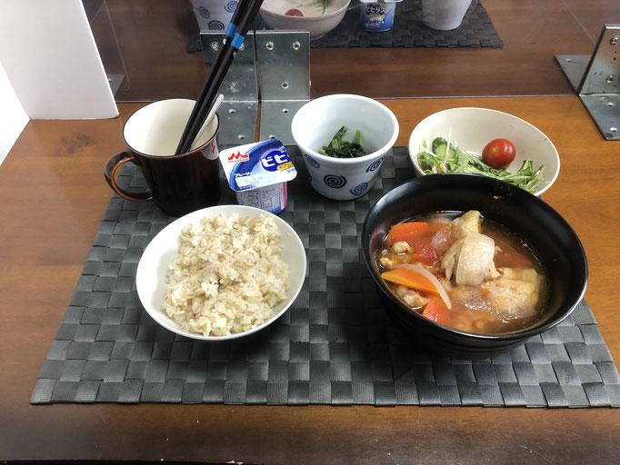 3月20日土曜日、Ohana朝食「とり肉とトマト煮、サラダ(水菜、ハム、プチトマト)、ほうれん草のお浸し、ヨーグルト」