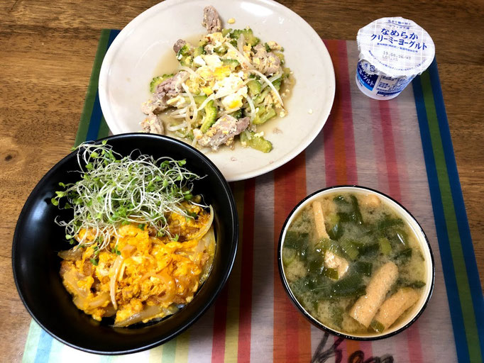 8月14日水曜日、Ohana朝食「ゴーヤチャンプルー、親子丼、味噌汁(ねぎ、油揚げ)、ヨーグルト」
