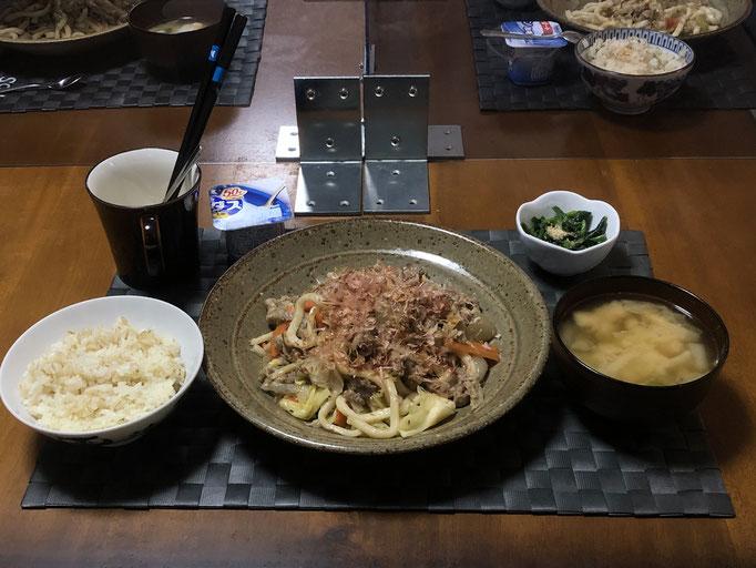 1月19日火曜日、Ohana夕食「焼きうどん、みそ汁(白菜、ねぎ、油揚げ)、ほうれん草の胡麻和え、ヨーグルト」