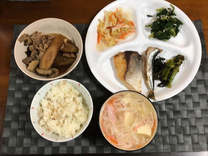1月19日土曜日、Ohana夕食「ブリの塩焼き、イワシの煮魚、ブロッコリーのソテー、ほうれん草のお浸し、ごぼうと豚肉の時雨煮、豆腐とカニカマ、白菜の中華あんかけスープ」