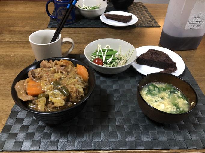 5月24日日曜日、Ohana夕食「野菜たっぷりカルビ丼(キャベツ、もやし、玉ねぎ、ねぎ、人参、ピーマン)、サラダ(水菜、ツナ、スナップエンドウ、プチトマト)、中華スープ(水菜、ねぎ、たまご)、ショコラケーキ」