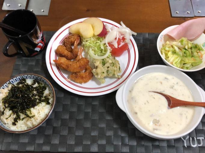 1月23日土曜日、Ohana朝食「クラムチャウダー、エビフライ、千切りキャベツ、コールスローサラダ、りんご」