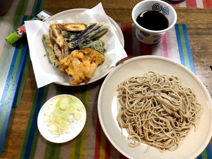 8月5日月曜日、Ohana夕食「天せいろ(茄子、竹輪、海老、かき揚げ、カボチャ、ピーマン、ごぼう、インゲン)、ヨーグルト」