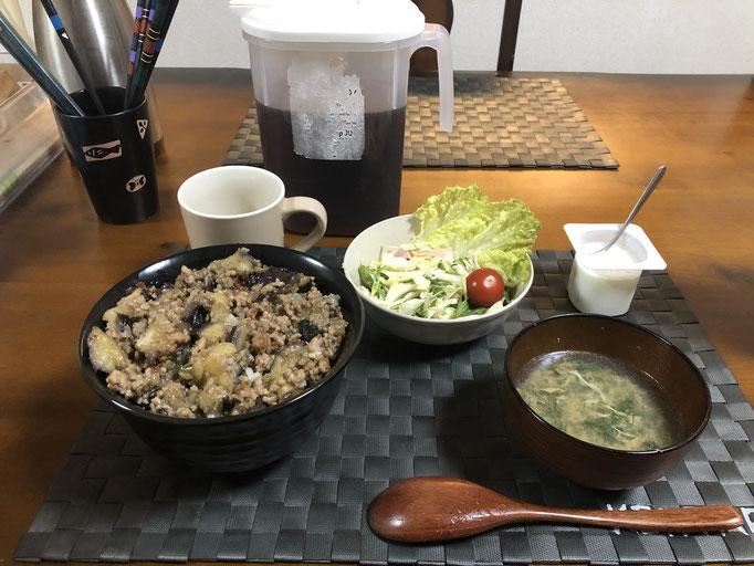 3月3日火曜日、Ohana夕食「ナスとひき肉のそぼろあんかけ丼、サラダ(水菜、キャベツ、プチトマト、レタス、ハム、マニカマ)、春菊入りタマゴスープ、ヨーグルト」