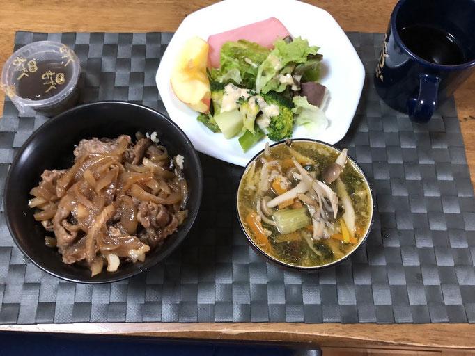 1月27日月曜日、Ohana朝食「豚丼、サラダ(サニーレタス、ハム、ブロッコリー)きのこスープ、もずく酢、リンゴ」