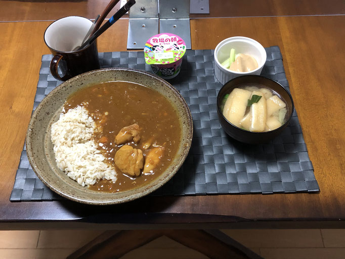 4月2日金曜日、Ohana夕食「バターチキンカレーライス、みそ汁(ねぎ、油揚げ)、野菜スティック(セロリ)、ヨーグルト」