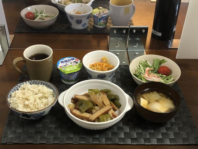 8月14日金曜日、Ohana朝食「さつま揚げとピーマンのきんぴら、サラダ(水菜、ハム、カニカマ、プチトマト)、切り干し大根、みそ汁(白菜、豆腐)、ヨーグルト」