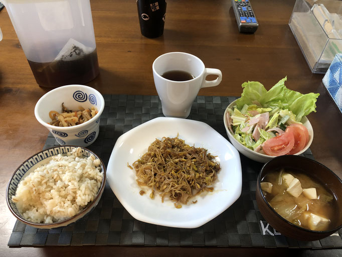 1月4日土曜日、Ohana朝食「もやし炒め(ハム、ねぎ)、サラダ(白菜、レタス、トマト)、切り干し大根、みそ汁(白菜、とうふ)」
